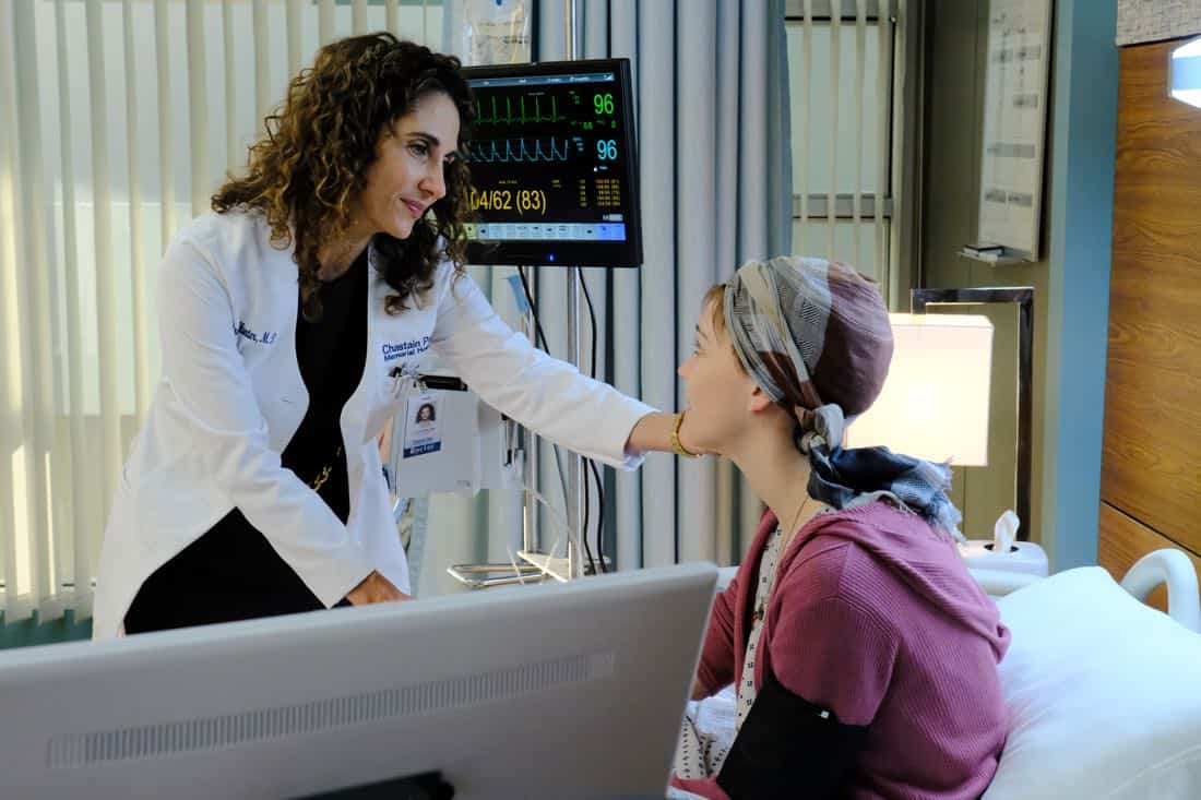 "THE RESIDENT: L-R: Melina Kanakaredes and guest star Violett Beane in the ""Independence Day"" time period premiere episode of THE RESIDENT airing Monday, Jan. 22 (9:00-10:00 PM ET/PT) on FOX ©2017 Fox Broadcasting Co. Cr: Guy D'Alema/FOX"