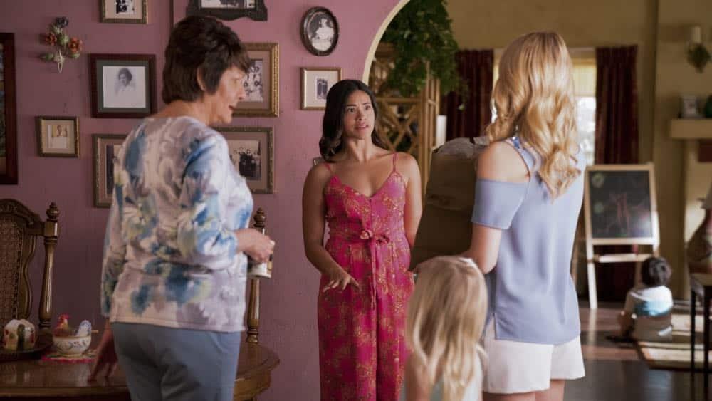 "Jane The Virgin -- ""Chapter Seventy-Three"" -- Image Number: JAV409a_0104.jpg -- Pictured (L-R): Ivonne Coll as Alba, Gina Rodriguez as Jane and Yael Grobglas as Petra -- Photo: Michael Desmond/The CW -- © 2018 The CW Network, LLC. All Rights Reserved."