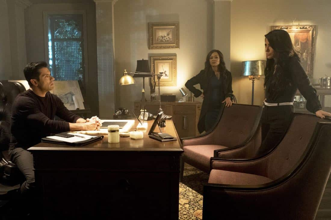 """Riverdale -- """"Chapter Twenty-Six: The Tell-Tale Heart"""" -- Image Number: RVD213b_0001.jpg -- Pictured (L-R): Mark Consuelos as Hiram, Robin Givens as Mayor McCoy and Marisol Nichols as Hermione -- Photo: Katie Yu/The CW -- © 2018 The CW Network, LLC. All Rights Reserved."""