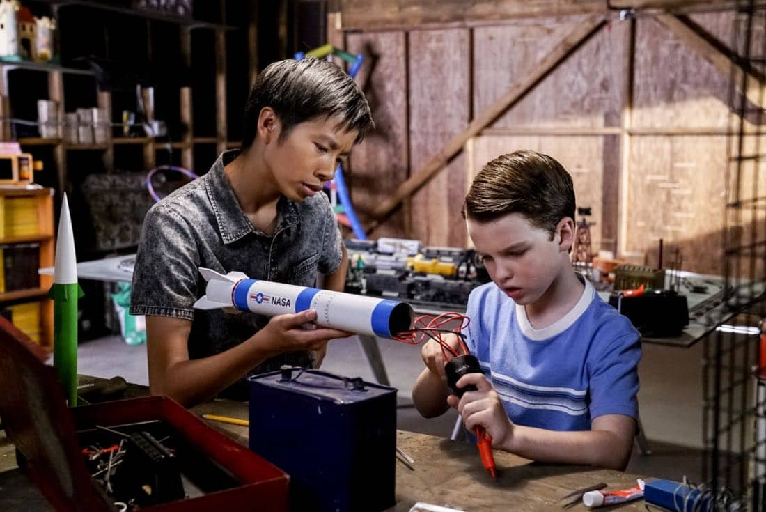 """""""Rockets, Communists, and the Dewey Decimal System""""-- Pictured: Tam (Ryan Phuong) and Sheldon (Iain Armitage). To appease his worried mother, Sheldon employs the techniques of a self-help book to try and make a friend, when YOUNG SHELDON returns in its new time period, Thursday, Nov. 2 (8:31-9:01 PM, ET/PT) on the CBS Television Network. Photo: Robert Voets/Warner Bros. Entertainment Inc. © 2017 WBEI. All rights reserved."""