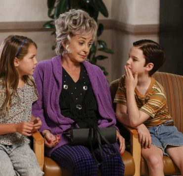 """""""Poker, Faith, and Eggs""""-- Pictured: Missy (Raegan Revord), Meemaw (Annie Potts) and Sheldon (Iain Armitage). When George Sr. is rushed to the emergency room, Meemaw (Annie Potts) comes to babysit, and the kids have an adventure getting to the hospital on their own, when YOUNG SHELDON airs, Thursday Nov. 9 (8:31-9:01 PM, ET/PT) on the CBS Television Network. Photo: Robert Voets/Warner Bros. Entertainment Inc. © 2017 WBEI. All rights reserved."""