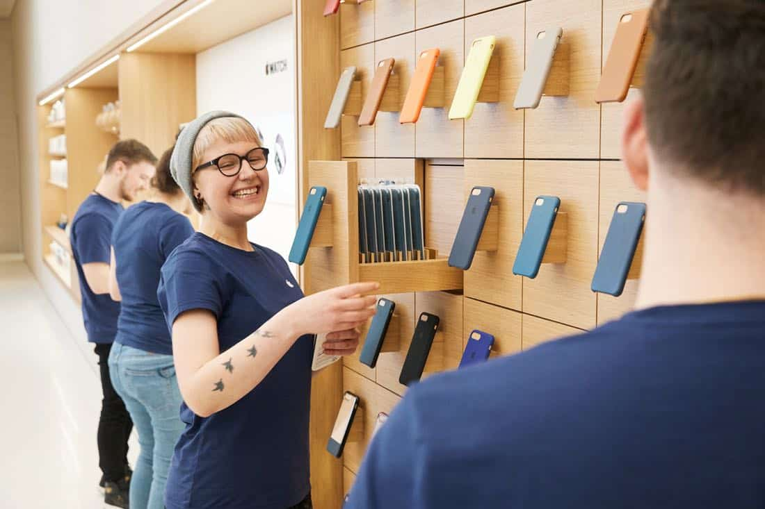 vienna apple employees with iphone cases 022118