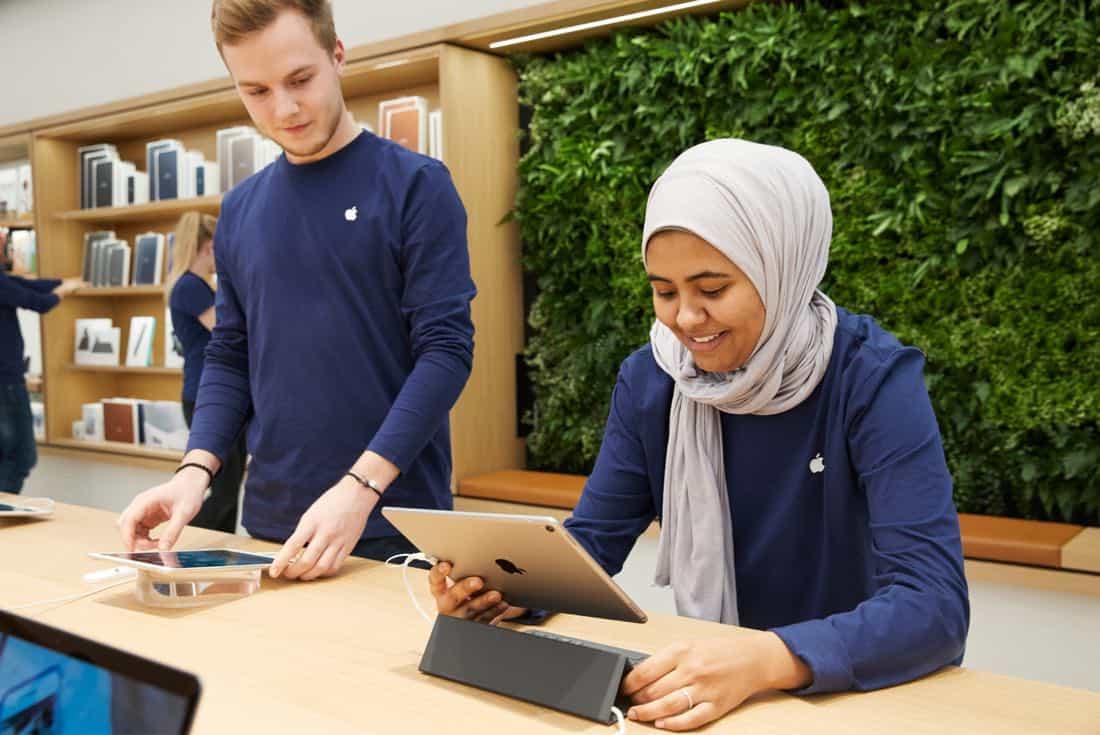 vienna apple employees with ipad 022118