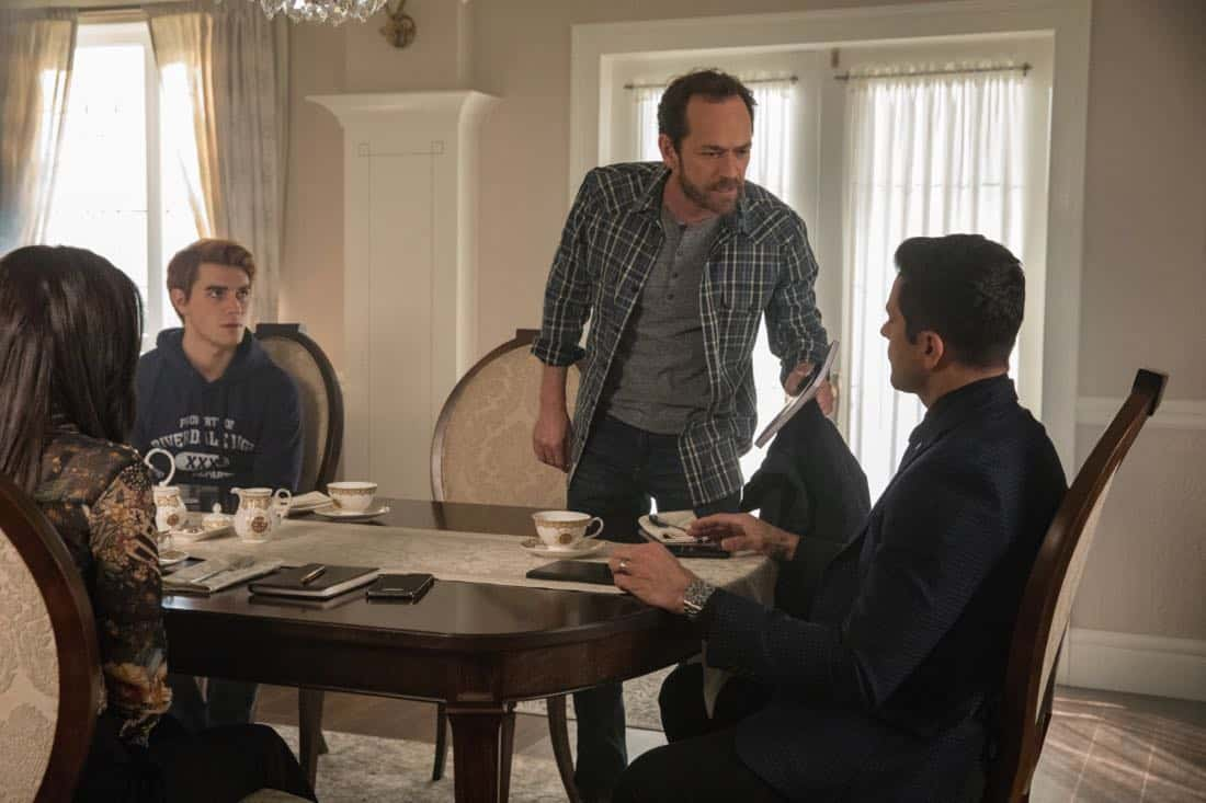 """Riverdale -- """"Chapter Twenty-Eight: There Will Be Blood"""" -- Image Number: RVD215a_0058.jpg -- Pictured (L-R): KJ Apa as Archie, Luke Perry as Fred and Mark Consuelos as Hiram -- Photo: Jack Rowand/The CW -- © 2018 The CW Network, LLC. All Rights Reserved."""