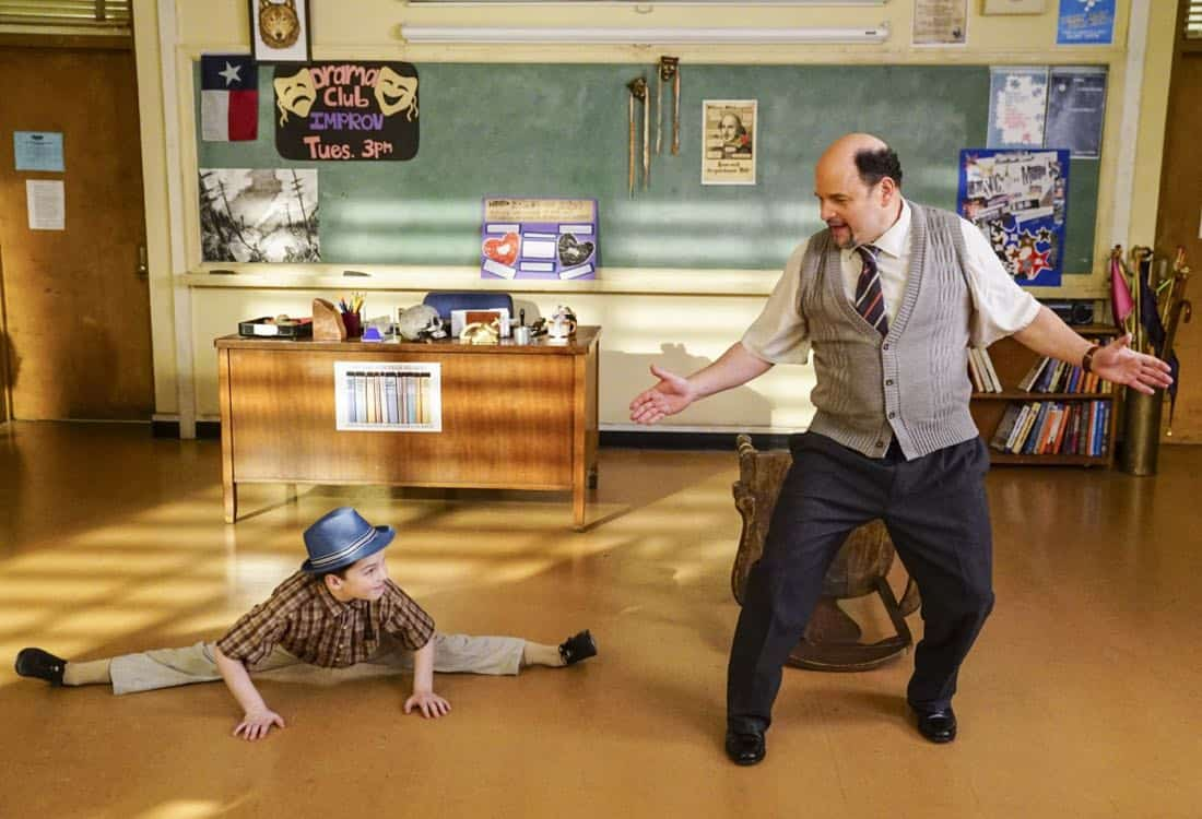 """Killer Asteroids, Oklahoma, and a Frizzy Hair Machine"" -Pictured: Sheldon (Iain Armitage) and Mr. Lundy (Jason Alexander). A disappointing loss at the science fair sends Sheldon's life in a new direction, on YOUNG SHELDON, Thursday, March 29 (8:31-9:01 PM, ET/PT) on the CBS Television Network. Jason Alexander guest stars as Sheldon's drama teacher, Mr. Lundy. Photo: Sonja Flemming/CBS ©2018 CBS Broadcasting, Inc. All Rights Reserved."