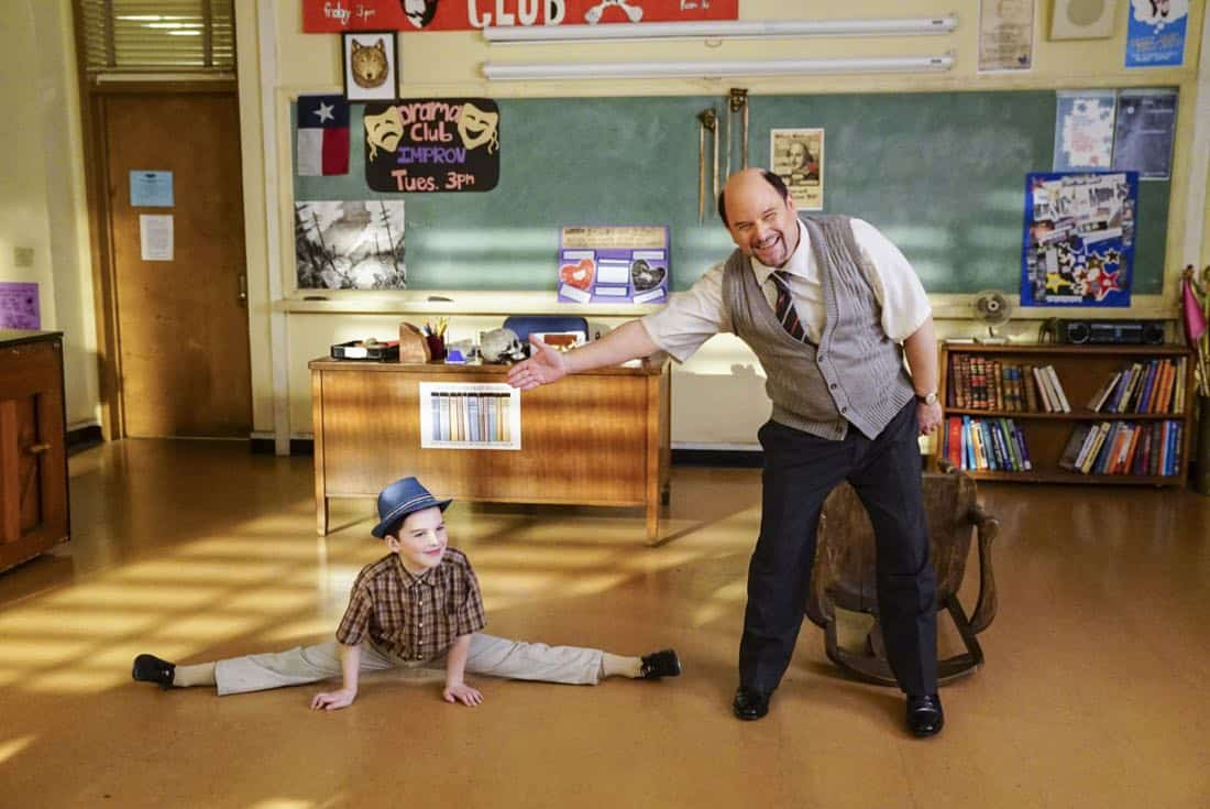 Killer Asteroids, Oklahoma, and a Frizzy Hair Machine - Pictured: Sheldon (Iain Armitage) and Mr. Lundy (Jason Alexander). A disappointing loss at the science fair sends Sheldons life in a new direction, on YOUNG SHELDON, Thursday, March 29 (8:31-9:01 PM, ET/PT) on the CBS Television Network. Jason Alexander guest stars as Sheldons drama teacher, Mr. Lundy. Photo: Sonja Flemming/CBS 2018 CBS Broadcasting, Inc. All Rights Reserved.