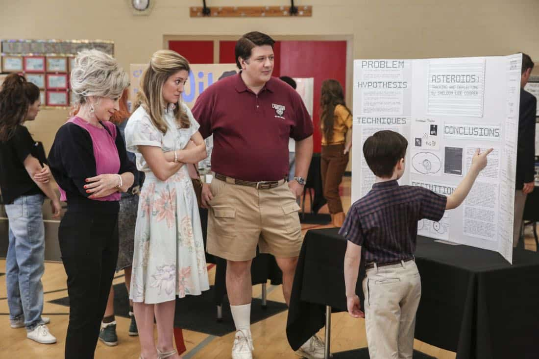 """Killer Asteroids, Oklahoma, and a Frizzy Hair Machine"" - Pictured: Meemaw (Annie Potts), Mary (Zoe Perry), George, Sr. (Lance Barber) and Sheldon (Iain Armitage). A disappointing loss at the science fair sends SheldonÕs life in a new direction, on YOUNG SHELDON, Thursday, March 29 (8:31-9:01 PM, ET/PT) on the CBS Television Network. Jason Alexander guest stars as SheldonÕs drama teacher, Mr. Lundy. Photo: Michael Yarish/CBS ©2018 CBS Broadcasting, Inc. All Rights Reserved."