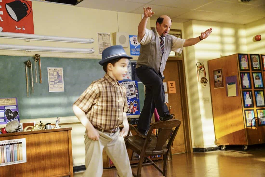"""Killer Asteroids, Oklahoma, and a Frizzy Hair Machine"" -Pictured: Sheldon (Iain Armitage) and Mr. Lundy (Jason Alexander). A disappointing loss at the science fair sends SheldonÕs life in a new direction, on YOUNG SHELDON, Thursday, March 29 (8:31-9:01 PM, ET/PT) on the CBS Television Network. Jason Alexander guest stars as SheldonÕs drama teacher, Mr. Lundy. Photo: Sonja Flemming/CBS ©2018 CBS Broadcasting, Inc. All Rights Reserved."