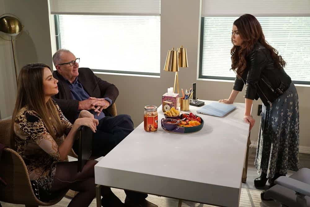 Modern Family Episode 19 Season 9 Chips And Salsa 07
