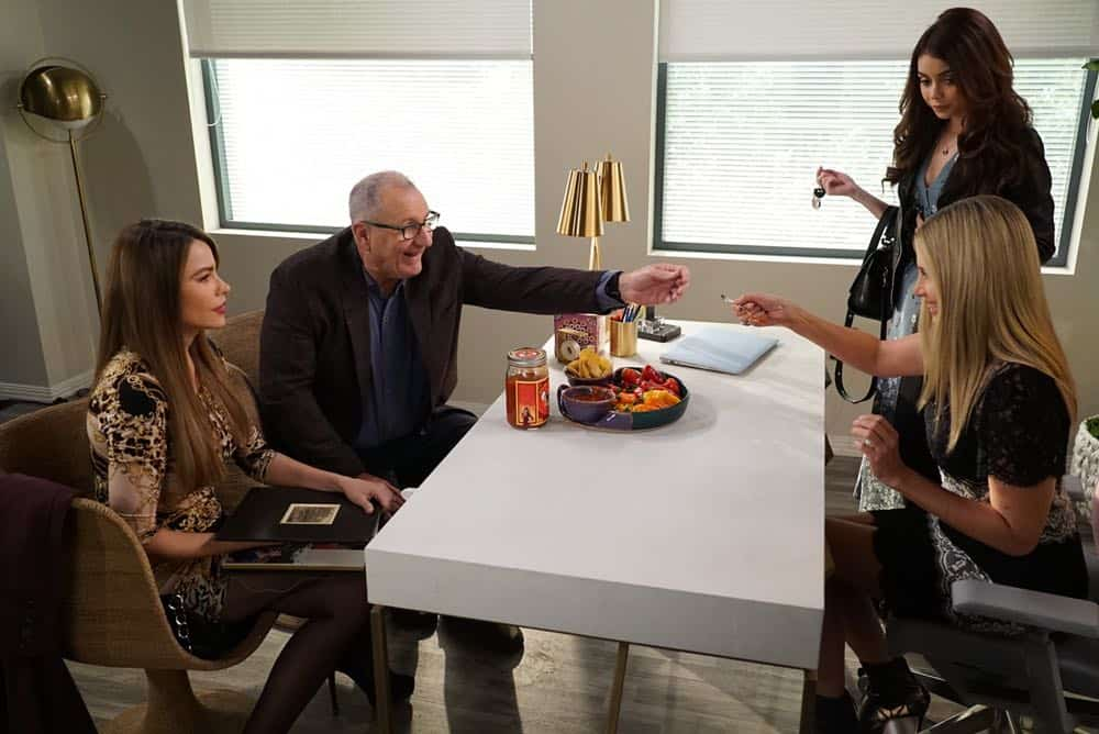 Modern Family Episode 19 Season 9 Chips And Salsa 08