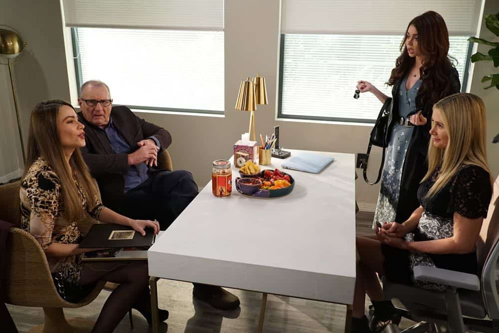 Modern Family Episode 19 Season 9 Chips And Salsa 09