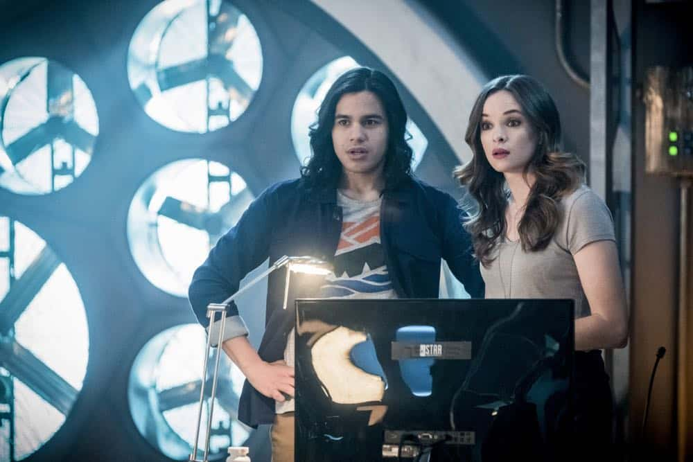 """The Flash -- """"Null and Annoyed"""" -- Image Number: FLA417a_0227b.jpg -- Pictured (L-R): Carlos Valdes as Cisco Ramon and Danielle Panabaker as Caitlin Snow -- Photo: Katie Yu/The CW -- © 2018 The CW Network, LLC. All rights reserved"""