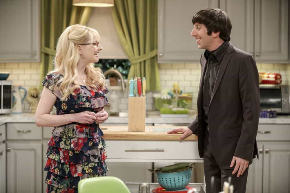 """""""The Comet Polarization"""" - Pictured: Bernadette (Melissa Rauch) and Howard Wolowitz (Simon Helberg). Sheldon's comic book store experience changes when writer Neil Gaiman puts Stuart's store on the map.  Also, Koothrappali takes credit for Penny's astronomical discovery and friendships are threatened, on THE BIG BANG THEORY, Thursday, April 19 (8:00-8:31 PM, ET/PT), on the CBS Television Network. Photo: Jordin Althaus/Warner Bros. Entertainment Inc. © 2018 WBEI. All rights reserved."""