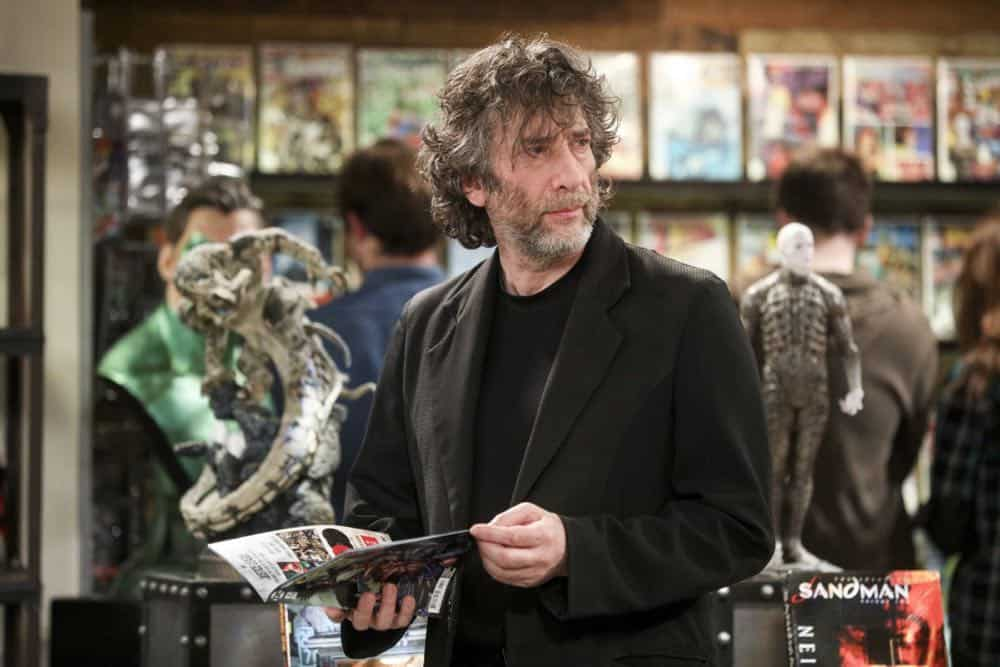 """""""The Comet Polarization"""" - Pictured: Neil Gaiman (Himself). Sheldon's comic book store experience changes when writer Neil Gaiman puts Stuart's store on the map.  Also, Koothrappali takes credit for Penny's astronomical discovery and friendships are threatened, on THE BIG BANG THEORY, Thursday, April 19 (8:00-8:31 PM, ET/PT), on the CBS Television Network. Photo: Jordin Althaus/Warner Bros. Entertainment Inc. © 2018 WBEI. All rights reserved."""