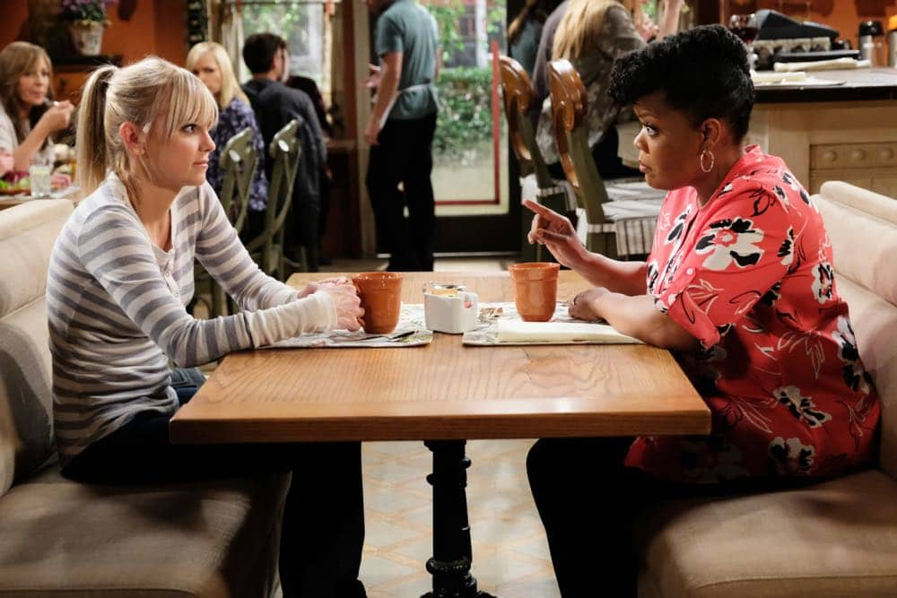 """""""Spaghetti Sauce and a Dumpster Fire"""" -- Christy considers getting a new sponsor, Nora (Yvette Nicole Brown), after witnessing Marjorie have a major meltdown in a grocery store, and Bonnie tries her hand at being a supportive friend, on MOM, Thursday, April 19 (9:01-9:30 PM, ET/PT) on the CBS Television Network. Pictured Left to right: Anna faris as Christy and Yvette Nicole Brown as Nora. Photo: Darren Michaels/Warner Bros. Entertainment Inc. © 2018 WBEI. All rights reserved."""