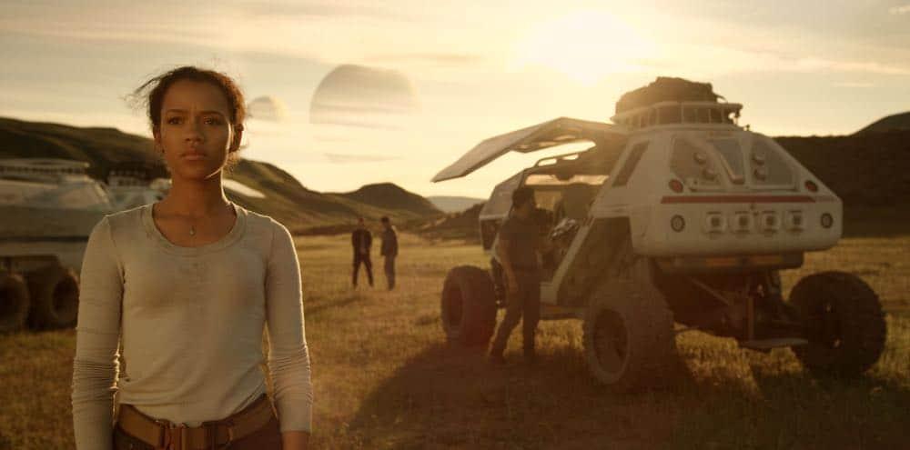 Taylor Russell, Ignacio Serricchio LOST IN SPACE