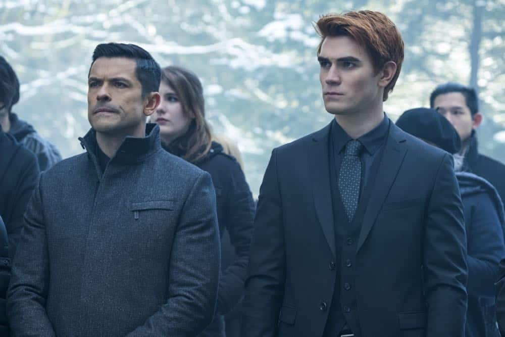 "Riverdale -- ""Chapter Thirty-Two: Prisoners"" -- Image Number: RVD219b_0092.jpg -- Pictured (L-R): Mark Consuelos as Hiram and KJ Apa as Archie -- Photo: Katie Yu/The CW -- © 2018 The CW Network, LLC. All Rights Reserved."