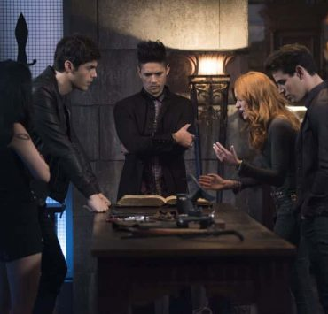 """SHADOWHUNTERS - """"Salt In The Wound"""" - With the Owl's identity revealed, Alec, Isabelle, and Clary head to Alicante to try and find a way to stop him. Luke and Simon team up to track Lilith's latest possible victim. Maia reflects on her past. This episode of """"Shadowhunters"""" airs Tuesday, May 1 (8:00 - 9:00 p.m. EDT) on Freeform. (Freeform/John Medland) MATTHEW DADDARIO, HARRY SHUM JR., KATHERINE MCNAMARA, ALBERTO ROSENDE"""