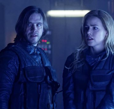"12 MONKEYS -- ""The End"" Episode 401 -- Pictured: (l-r) Aaron Stanford as James Cole, Amanda Schull as Cassandra Railly -- (Photo by: Ben Mark Holzberg/SYFY)"