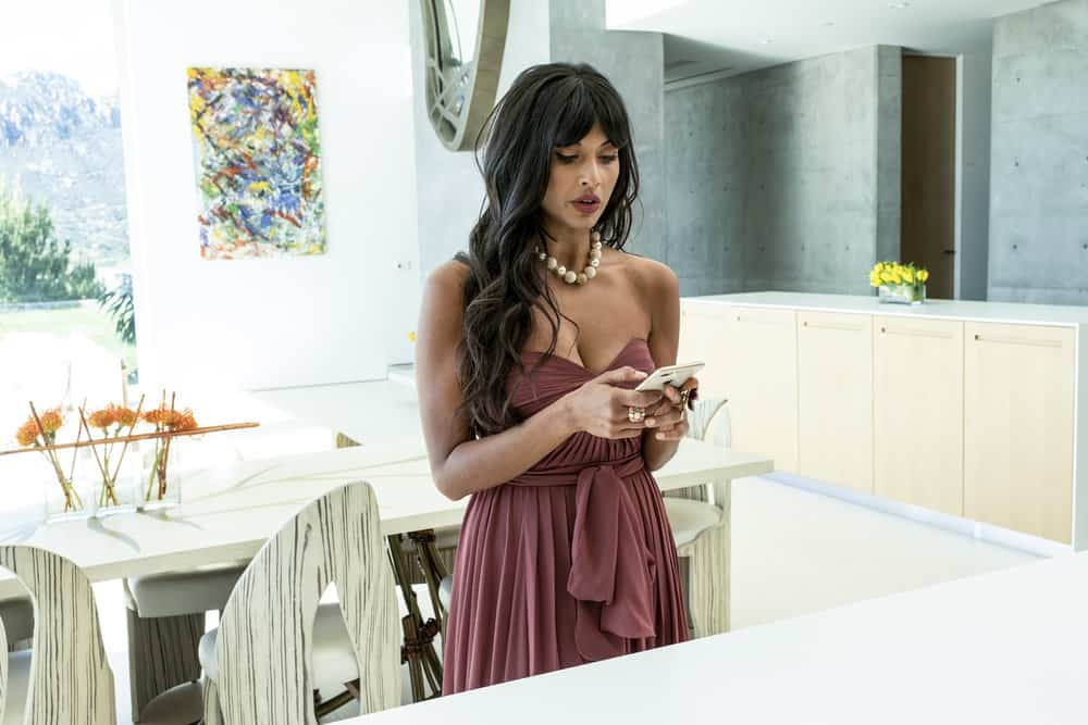 """THE GOOD PLACE -- """"Everything is Bronzer! Pt. 2"""" Episode 302 -- Pictured: Jameela Jamil as Tehani -- (Photo by: Justin Lubin/NBC)"""