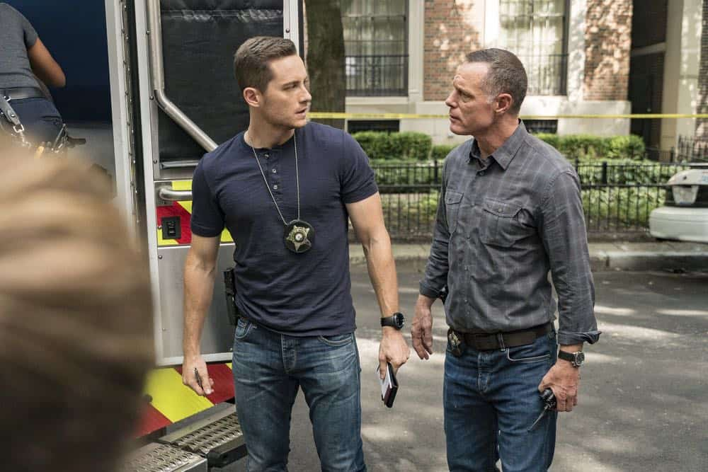 "CHICAGO P.D. -- ""Ride Along"" Episode 604 -- Pictured: (l-r) Jesse Lee Soffer as Jay Halstead, Jason Beghe as Hank Voight -- (Photo by: Matt Dinerstein/NBC)"