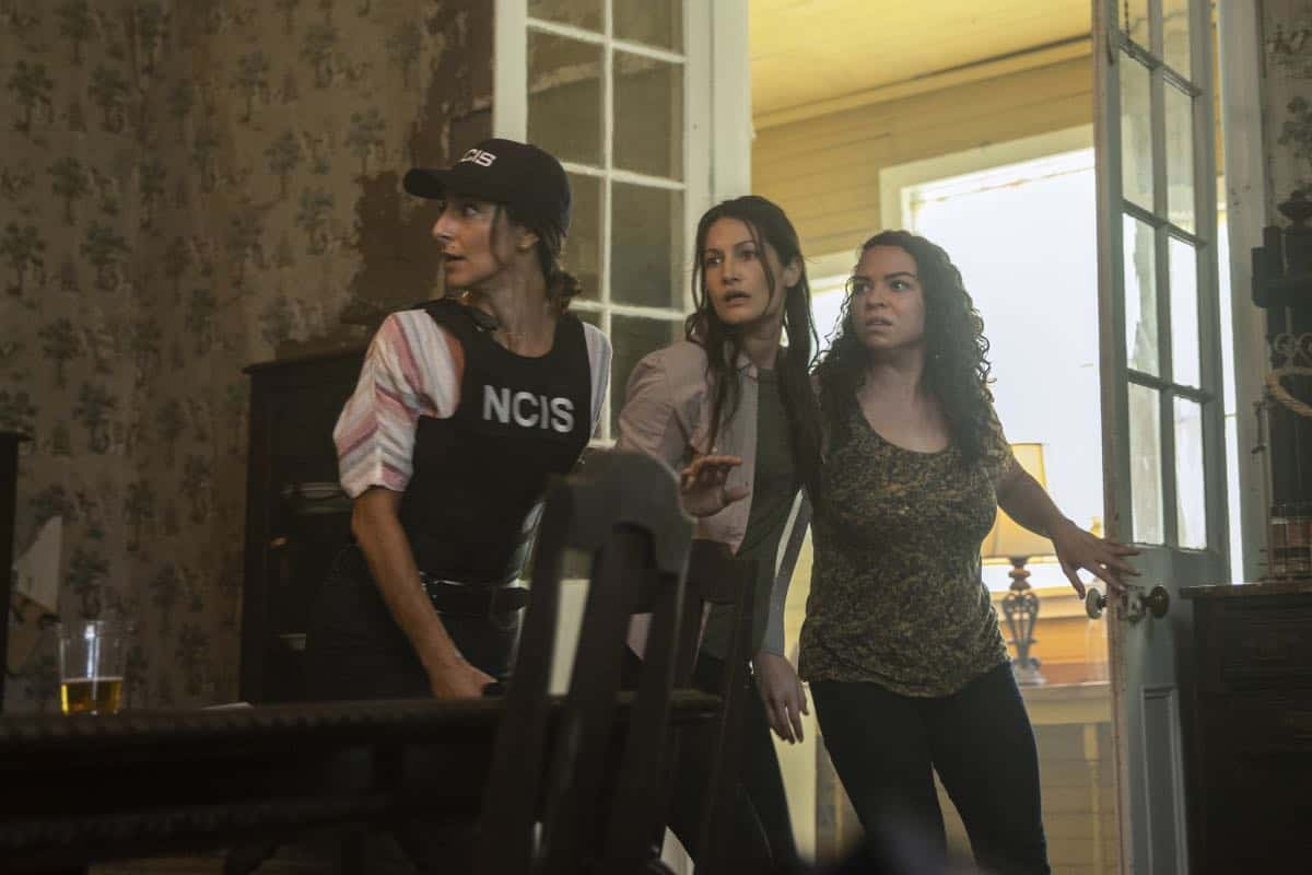 """Judgement Call"" - Pride must cut his vacation short when Hannah is suspended for breaking protocol during a joint investigation with the FBI, on the sixth season premiere of ""NCIS: NEW ORLEANS,"" Tuesday, Sept. 24 (10:00-11:00 PM, ET/PT) on the CBS Television Network. Pictured L-R: Necar Zadegan as Special Agent Hannah Khoury, Kassandra Bandfield as FBI Tech, and Angela Griffitt as Bad Woman #1 Photo: Sam Lothridge/CBS ©2019 CBS Broadcasting, Inc. All Rights Reserved"
