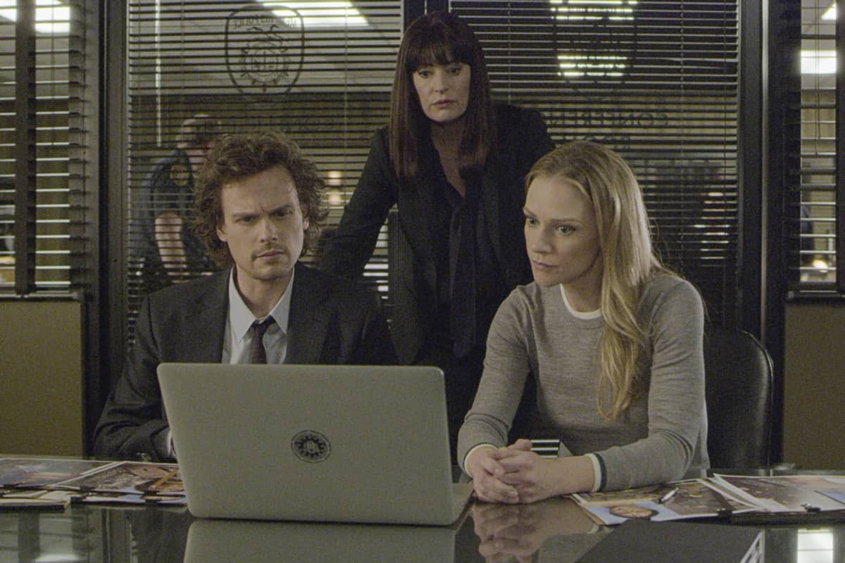 """""""Spectator Slowing"""" -- The BAU team investigates a series of seemingly random fatal explosions throughout Kentucky and Tennessee, on CRIMINAL MINDS, Wednesday, Jan. 15 (9:00-10:00 PM, ET/PT) on the CBS Television Network. Pictured (L-R): Matthew Gray Gubler as Dr. Spencer Reid, Paget Brewster as Emily Prentiss, and A.J. Cook as Jennifer """"JJ"""" Jareau Photo: Screen Grab/CBS ©2019 CBS Broadcasting Inc. All Rights Reserved."""