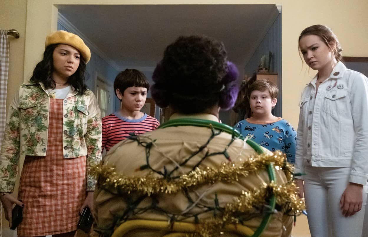 THE SLEEPOVER: (L to R) CREE CICCHINO as MIM, LUCAS JAYE as LEWIS, MAXWELL SIMKINS as KEVIN, SADIE STANLEY as CLANCY. Cr. CLAIRE FOLGER/NETFLIX © 2020