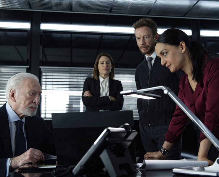 DEPARTURE -- Episode 104 -- Pictured: (l-r) Christopher Plummer as Howard Lawson, Claire Forlani as Janet Freeh, Kris Holden-Ried as Dominic Hayes, Archie Panjabi as Kendra Malley -- (Photo by: Shaftesbury/Greenpoint Productions/Peacock)