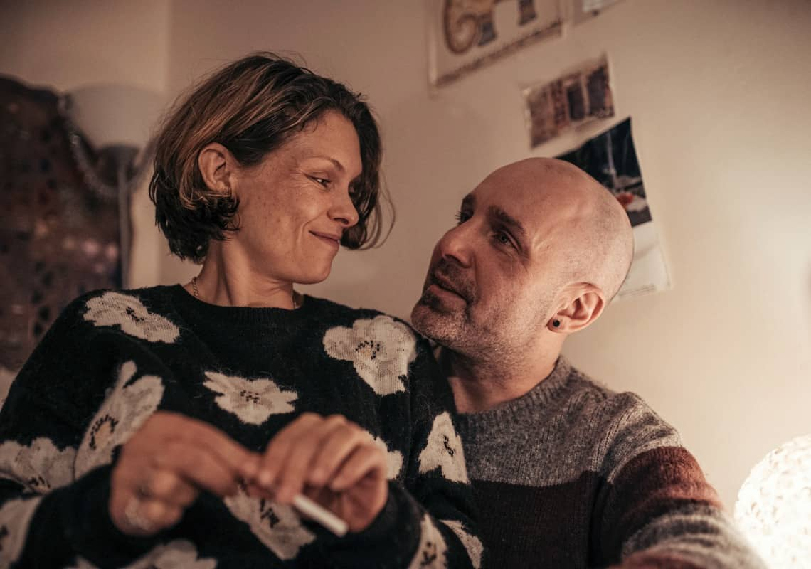 Charlie Rowley (JOHNNY HARRIS), Dawn Sturgess (MYANNA BURING) - The Salisbury Poisonings _ Season 1, Episode 1 - Photo Credit: James Pardon/Dancing Ledge/BBC ONE/AMC