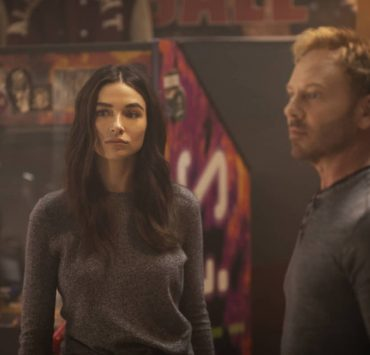 """Swamp Thing -- """"Worlds Apart"""" -- Image Number: SWP102a_0310r -- Pictured (L - R): Crystal Reed as Dr. Abby Arcane and Ian Ziering as Daniel Cassidy -- Photo: Fred Norris / 2020 Warner Bros. Entertainment Inc. -- © 2020 Warner Bros. Entertainment Inc. All Rights Reserved."""