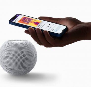 Apple_homepod-mini-white-iphone-pairing_10132020