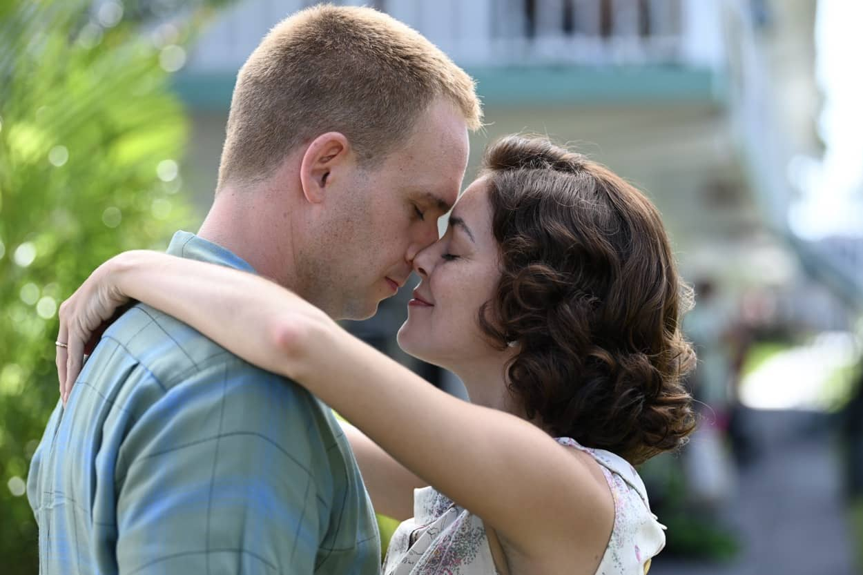 John Glenn played by Patrick J. Adams with Annie Glenn played by Nora Zehetner at the Starlite Motel in National Geographic's THE RIGHT STUFF streaming on Disney+. (National Geographic/Gene Page)