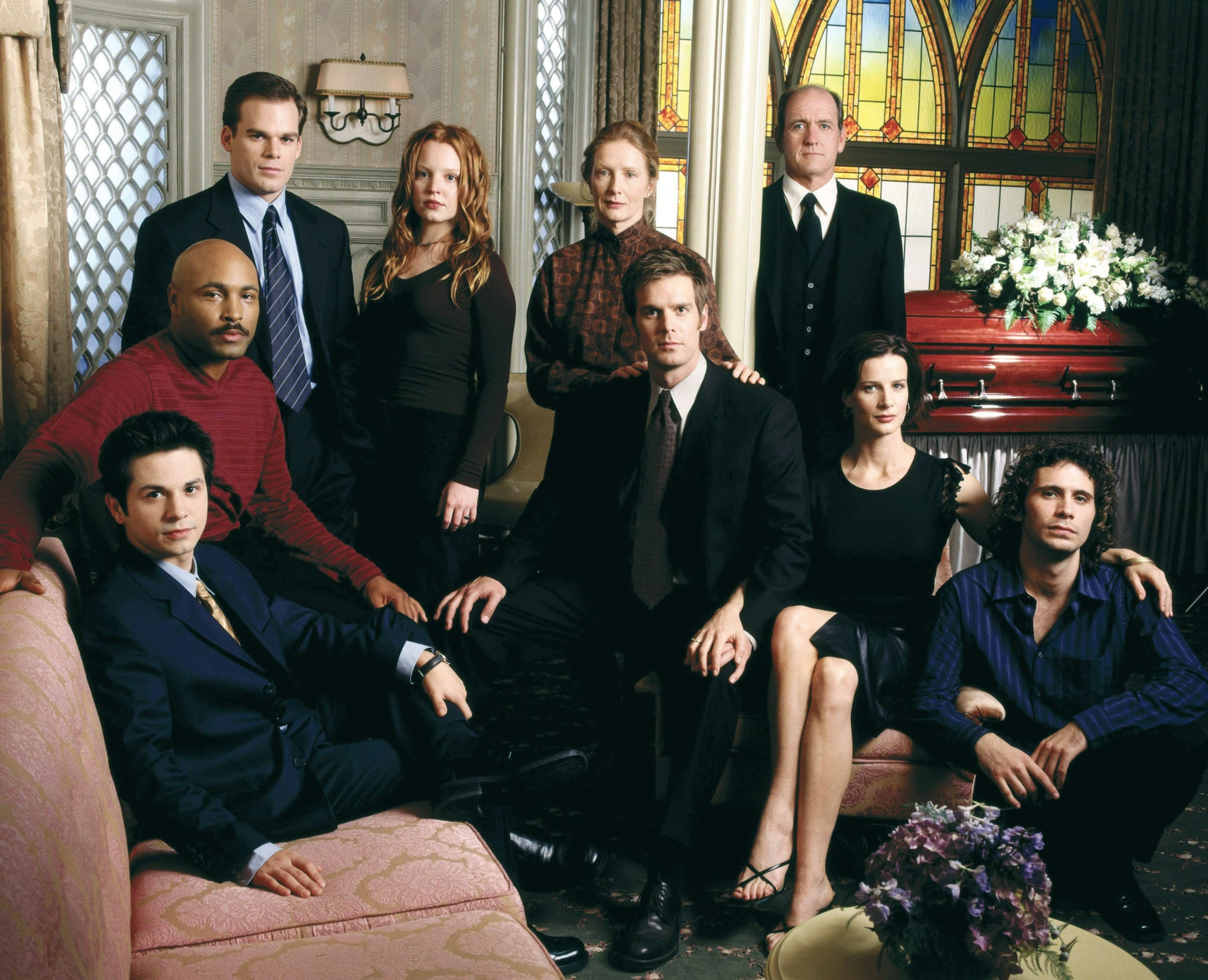 SIX FEET UNDER, (standing, l to r): Michael C. Hall, Lauren Ambrose, Frances Conroy, Richard Jenkins, (sitting): Freddy Rodriguez, Mathew St. Patrick, Peter Krause, Rachel Griffiths, Jeremy Sisto, 2001-2005, © HBO / Courtesy: Everett Collection