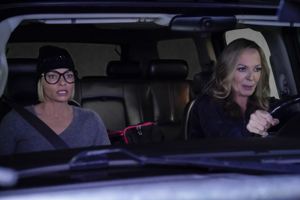 """Mom Season 8 Episode 6 """"Woo-Woo Lights and an Onside Kick"""" -- Bonnie and the ladies indulge Jill when she goes to extremes to get her relationship with Andy (Will Sasso) back on track, on MOM, Thursday, Jan. 21 (9:01-9:30 PM, ET/PT) on the CBS Television Network. Pictured (L-R): Jaime Pressly as Jill and Allison Janney as Bonnie Photo: Robert Voets / 2020 Warner Bros. Entertainment Inc."""