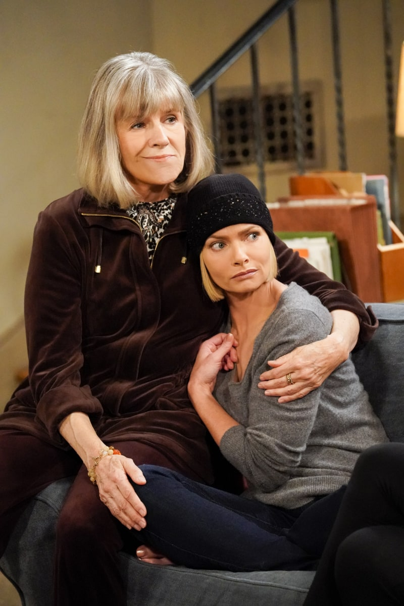 """Mom Season 8 Episode 6 """"Woo-Woo Lights and an Onside Kick"""" -- Bonnie and the ladies indulge Jill when she goes to extremes to get her relationship with Andy (Will Sasso) back on track, on MOM, Thursday, Jan. 21 (9:01-9:30 PM, ET/PT) on the CBS Television Network. Pictured (L-R): Mimi Kennedy as Marjorie and Jaime Pressly as Jill Photo: Robert Voets / 2020 Warner Bros. Entertainment Inc."""