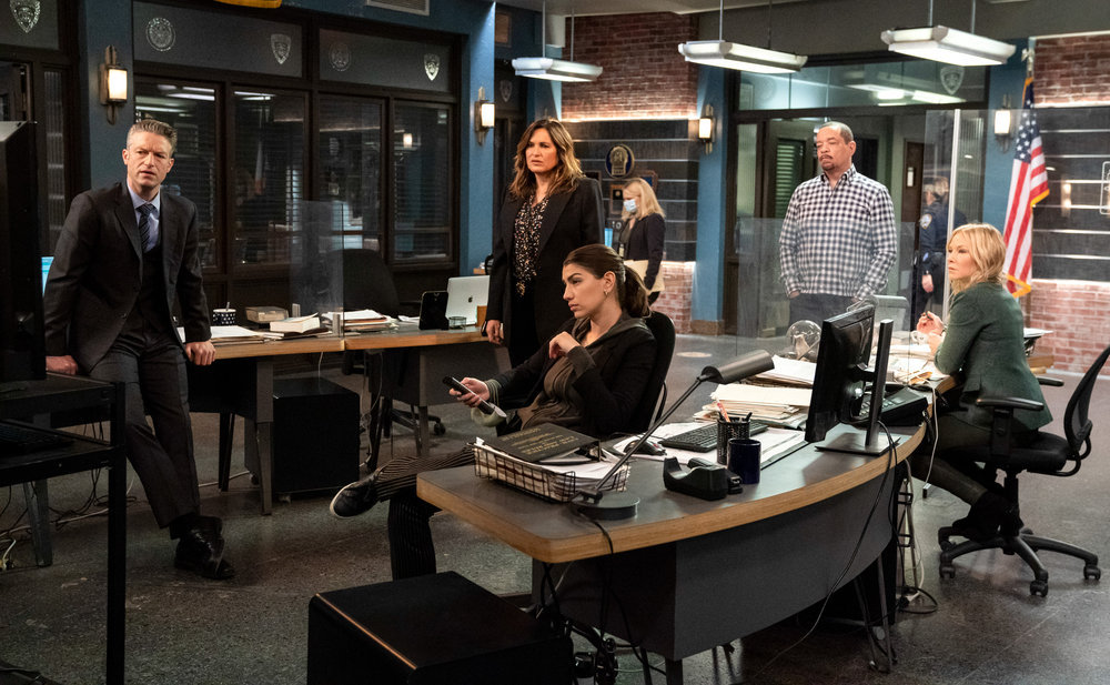 """LAW AND ORDER SVU Season 22 Episode 4 -- """"The Long Arm of the Witness"""" Episode 22005 -- Pictured: (l-r) Peter Scanavino as Detective Sonny Carisi, Mariska Hargitay as Captain Olivia Benson, Jamie Gray Hyder as Officer Katriona """"Kat"""" Azar Tamin, Ice T as Detective Odafin """"Fin"""" Tutuola, Kelli Giddish as Detective Amanda Rollins -- (Photo by: Virginia Sherwood/NBC)"""