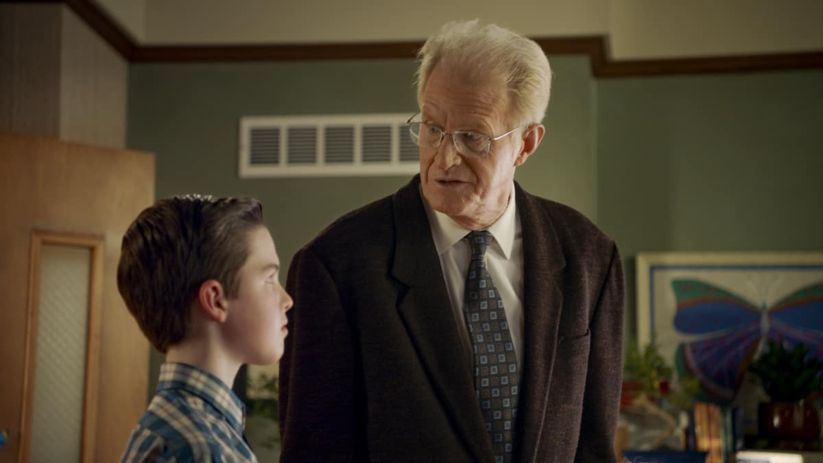 "Young Sheldon Season 4 Episode 8 ""An Existential Crisis and a Bear That Makes Bubbles"" - Pictured: Sheldon (Iain Armitage) and Professor Linkletter (Ed Begley, Jr.)"