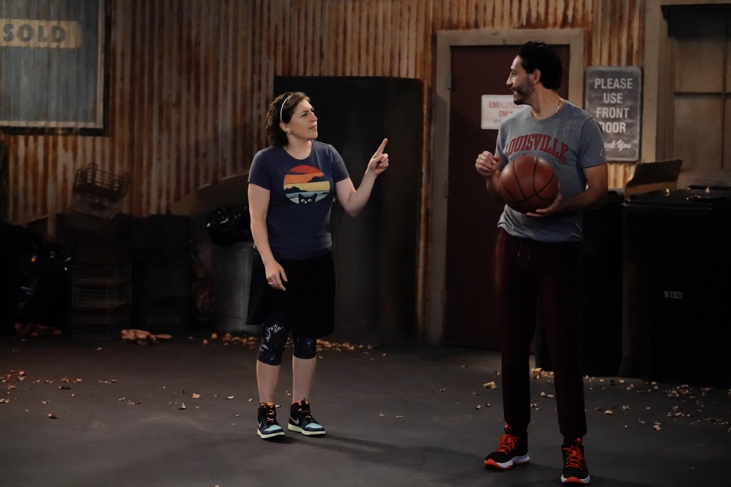 """CALL ME KAT Season 1 Episode 9 : L-R: Mayim Bialik and guest star Christopher Rivas in the """"First Date"""" episode of CALL ME KAT airing Thursday, Feb. 25 (9:00-9:30 PM ET/PT) on FOX. ©2021 FOX MEDIA LLC. Cr. Cr: Lisa Rose/FOX."""
