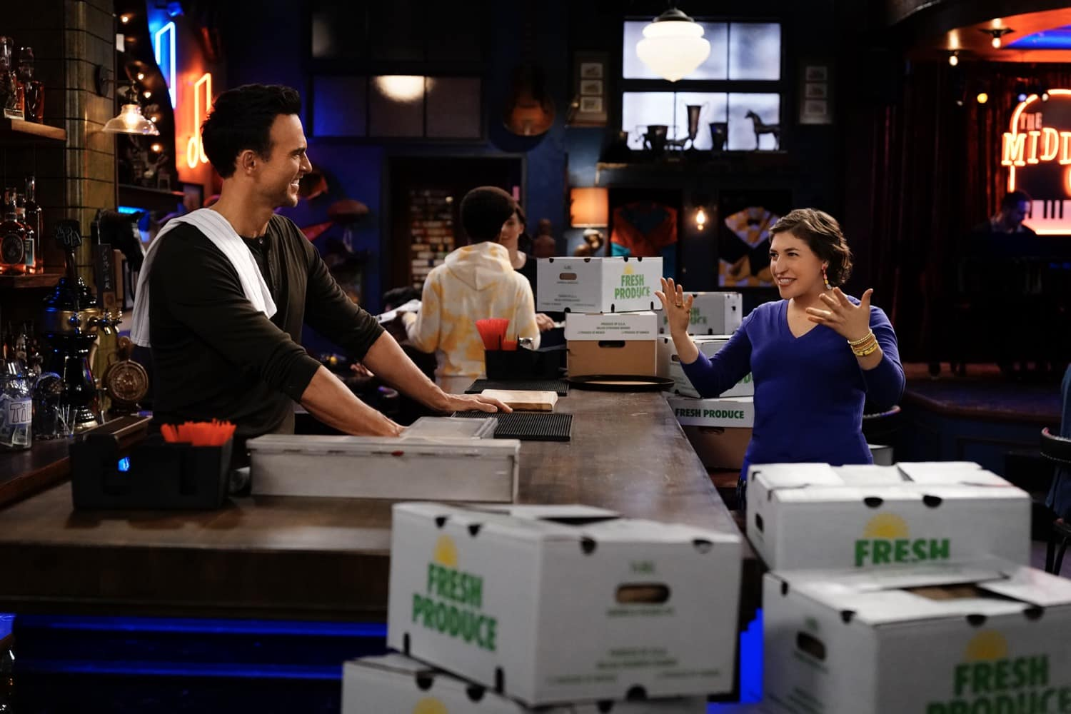 """CALL ME KAT Season 1 Episode 9 : L-R: Cheyenne Jackson and Mayim Bialik in the """"First Date"""" episode of CALL ME KAT airing Thursday, Feb. 25 (9:00-9:30 PM ET/PT) on FOX. ©2021 FOX MEDIA LLC. Cr. Cr: Lisa Rose/FOX."""