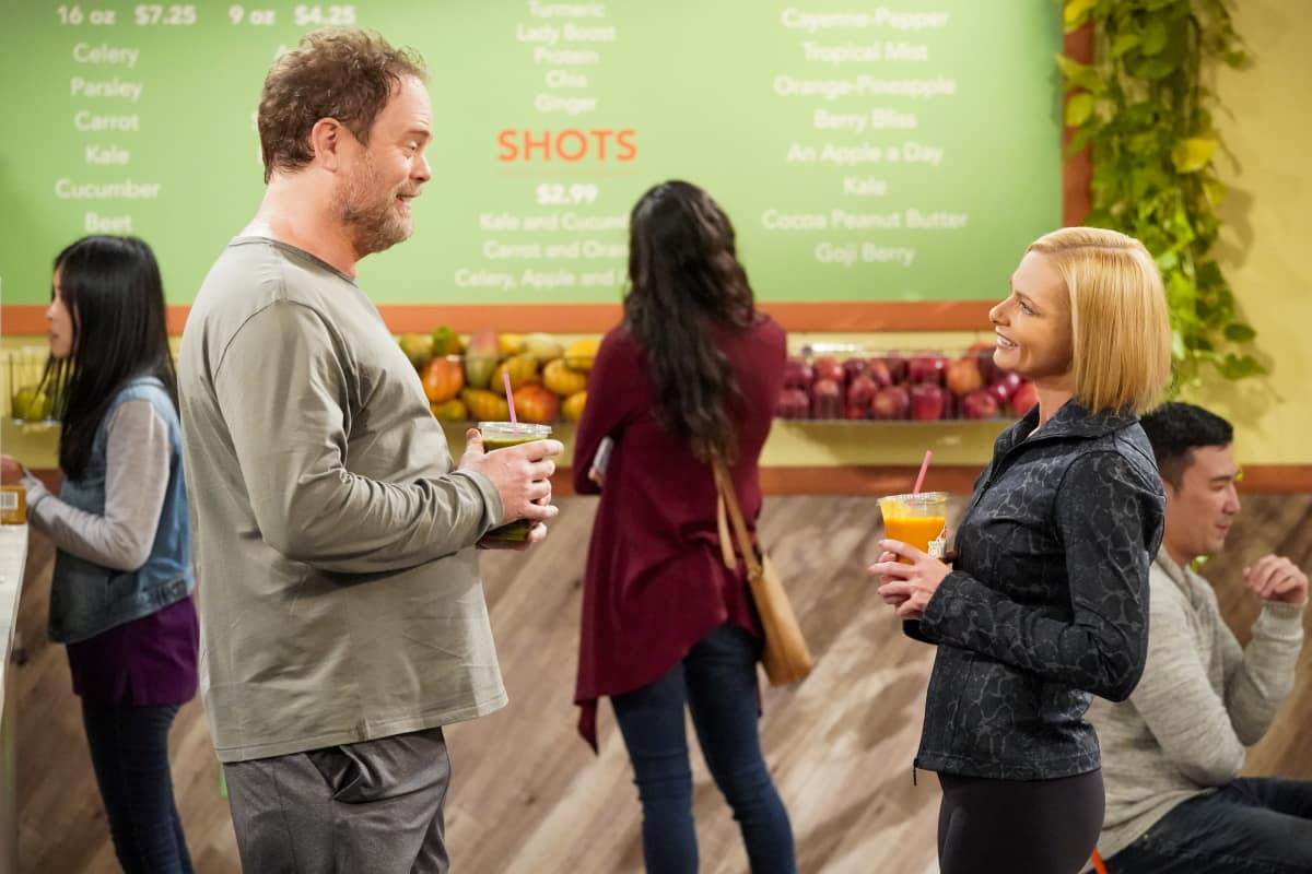 """Mom Season 8 Episode 9 """"Whip-Its and Emotionally Attuned Babies"""" Pictured (L-R): Rainn Wilson as Trevor and Jaime Pressly as Jill"""