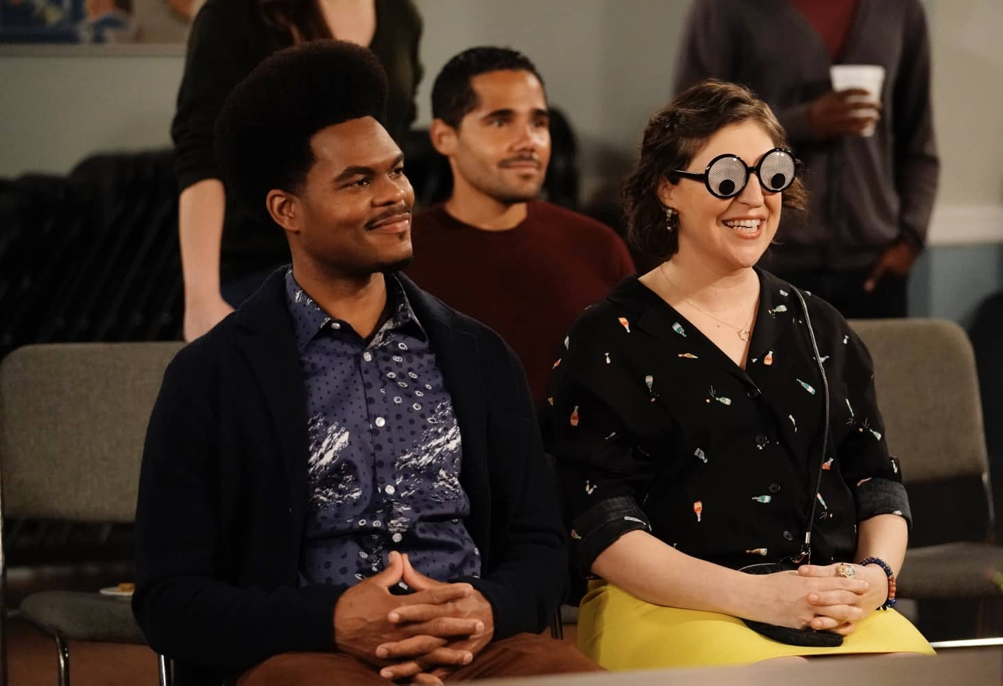 """CALL ME KAT Season 1 Episode 10 : L-R: Julian Gant and Mayim Bialik in the """"Business Council"""" episode of CALL ME KAT airing Thursday, March 4 (9:00-9:30 PM ET/PT) on FOX. ©2021 FOX MEDIA LLC. Cr. Cr: Lisa Rose/FOX."""