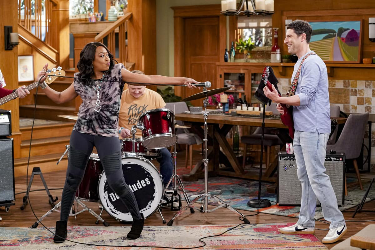 """The Neighborhood Season 3 Episode 11 """"Welcome to the Dad Band"""" - Pictured: Tichina Arnold (Tina Butler) and Max Greenfield (Dave Johnson)."""