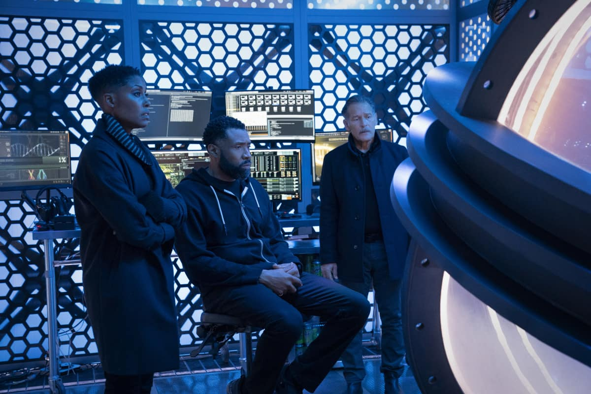 "Black Lightning Season 4 Episode 5 -- ""The Book of Ruin: Chapter One"" -- Image Number: BLK405a_0243r.jpg -- Pictured (L-R): Christine Adams as Lynn, Cress Williams as Jefferson and James Remar as Gambi -- Photo: Bob Mahoney/The CW -- © 2021 The CW Network, LLC. All rights reserved."