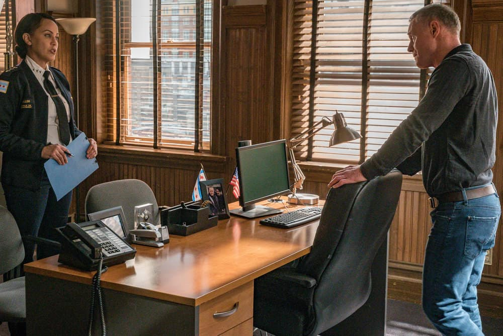 "CHICAGO PD Season 8 Episode 8 -- ""Protect And Serve"" Episode 808 -- Pictured: (l-r) Nicole Ari Parker as Samantha Miller, Jason Beghe as Hank Voight -- (Photo by: Matt Dinerstein/NBC)"