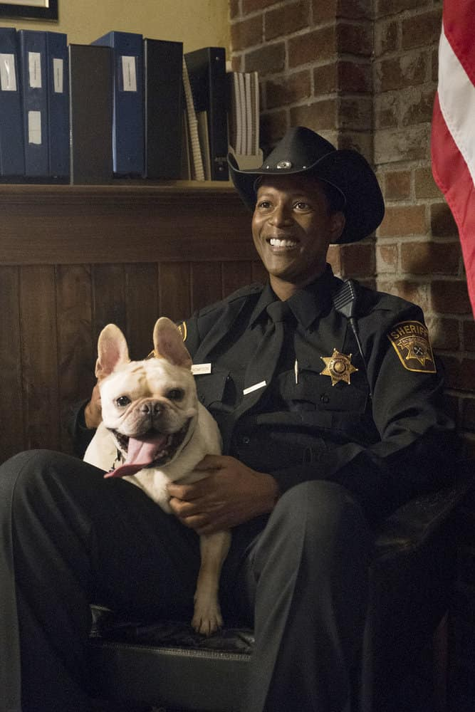 """RESIDENT ALIEN Season 1 Episode 7 -- """"The Green Glow"""" Episode 107 -- Pictured: Corey Reynolds as Sheriff Mike Thompson -- (Photo by: James Dittinger/SYFY)"""