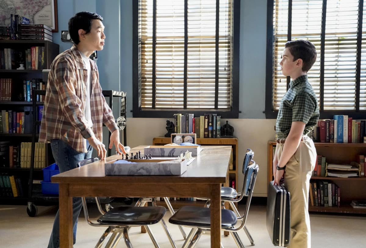 """Young Sheldon Season 4 Episode 11 """"A Pager, a Club and a Cranky Bag of Wrinkles"""" - Pictured: Chris (Chau Long) and Sheldon (Iain Armitage)."""