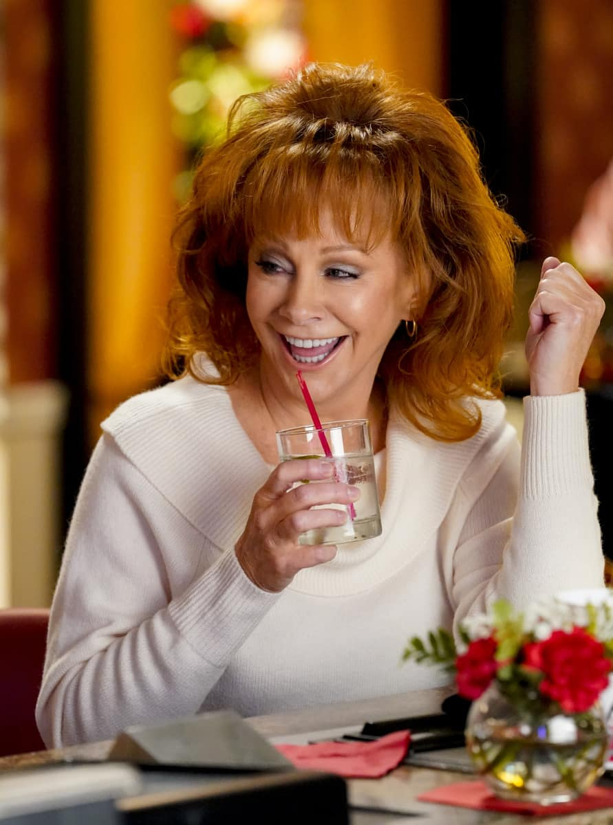 """Young Sheldon Season 4 Episode 11 """"A Pager, a Club and a Cranky Bag of Wrinkles"""" - Pictured: June (Reba McEntire)."""