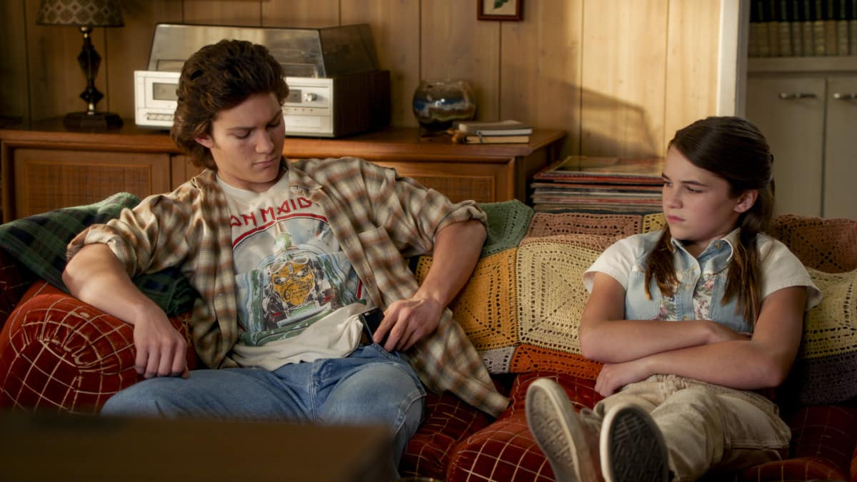 """Young Sheldon Season 4 Episode 11 """"A Pager, a Club and a Cranky Bag of Wrinkles"""" - Pictured: Georgie (Montana Jordan) and Missy (Raegan Revord)."""