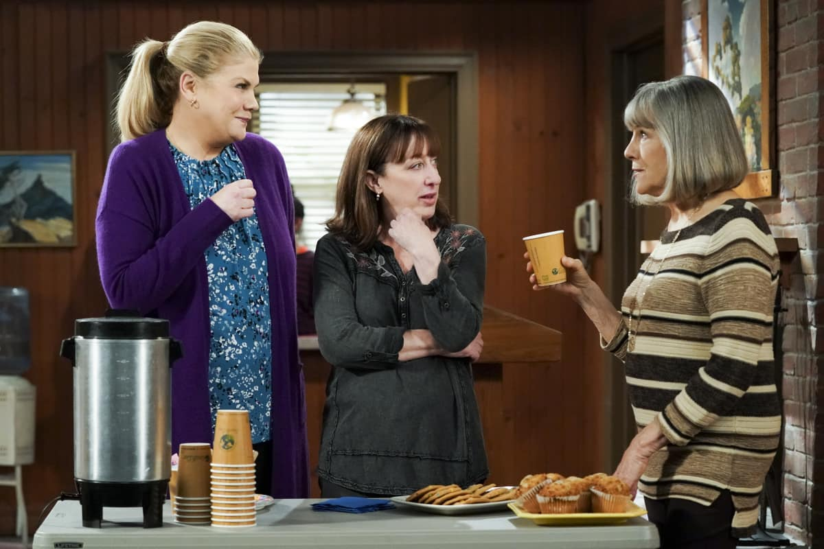 """Mom Season 8 Episode 11 """"Strutting Peacock and Father O'Leary"""" Pictured (L-R): Kristen Johnston as Tammy, Beth Hall as Wendy, and Mimi Kennedy as Marjorie"""